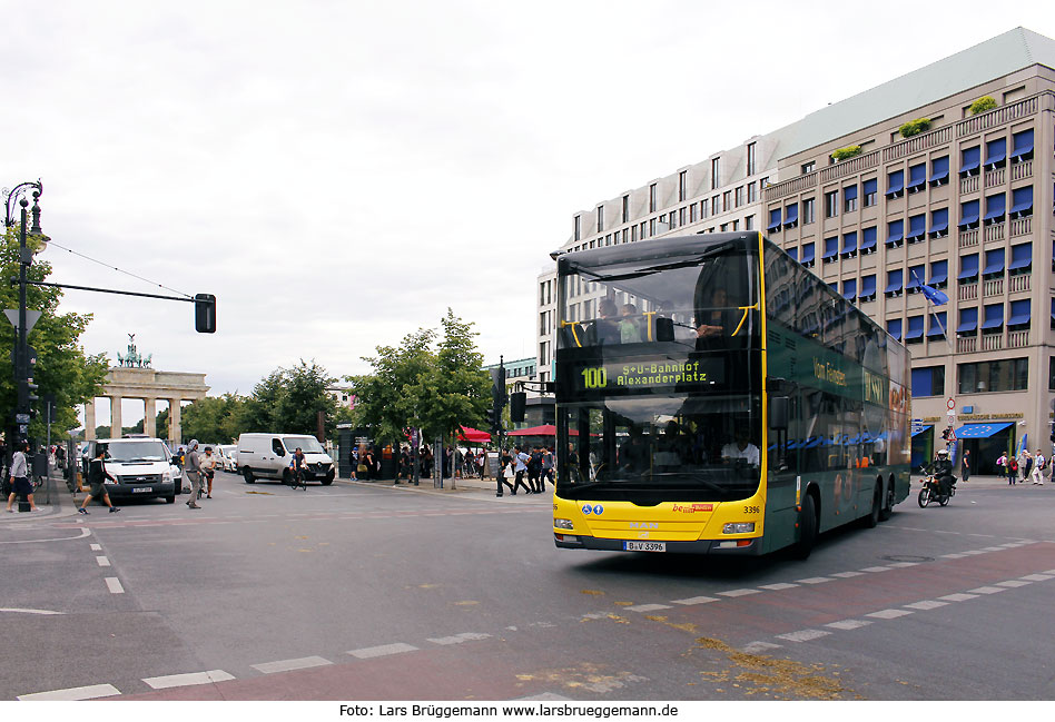 Ein BVG Bus am Brandenburger Tor in Berlin