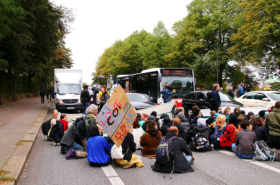 Ein Hochbahn-Bus in der Fridays for Future Demo